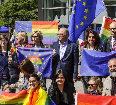 Tęczowa flaga na maszcie europarlamentu. Ryszard Legutko (PiS) protestuje: przecież nie ma żadnych prześladowań osób LGBTI
