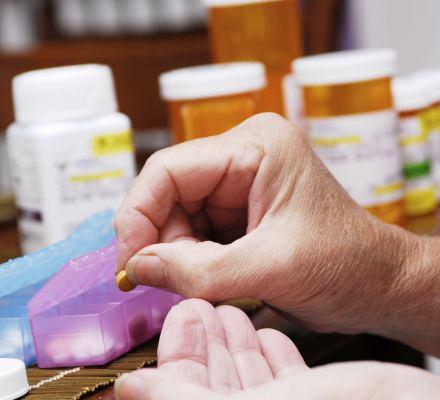 Oszustwo darmowych leków. W 2017 roku seniorzy płacili z własnej kieszeni 88-90 proc. ceny kupowanych leków, w tym 79 proc....