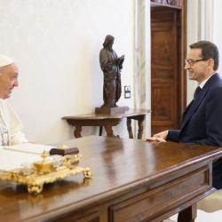 Czy premier Morawiecki wmawiał papieżowi Franciszkowi, że Polska przyjmuje setki tysięcy uchodźców z Ukrainy?