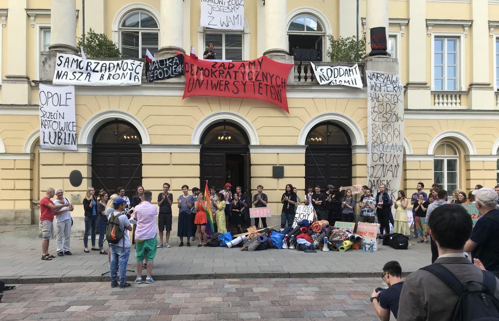 Konferencja prasowa pod Rektoratem UW na koniec jedenastodniowej okupacji Uniwersytetu Warszawskiego