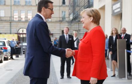 Morawiecki bardziej wpływowy od Macrona? Media powielają propagandę PiS przy pomocy sondażu IBRIS