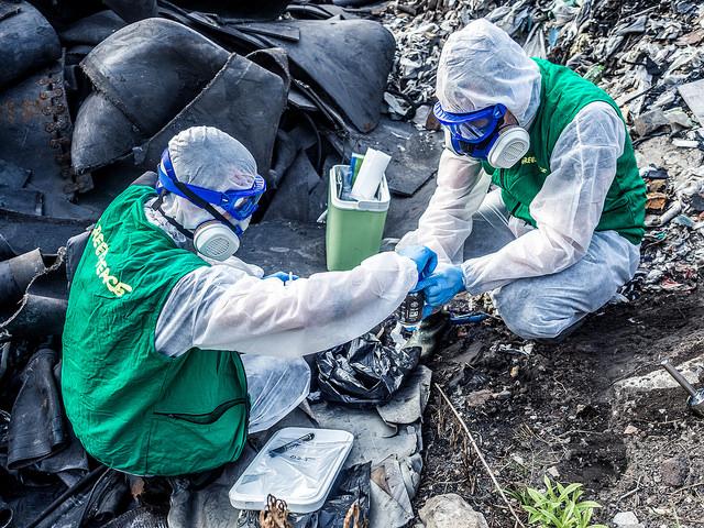 Pobieranie próbek ze spalonych składowisk odpadów. Fot. Łukasz Supergan / Greenpeace