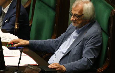 """Sejm z """"gębą Piotrowicza"""" grzebie praworządność. """"Hańba, hańba!"""" pod Sejmem [LIVE]"""