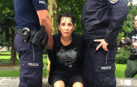Klementyna Suchanow skuta kajdankami pod Sejmem. Wyłapywanie protestujących [LIVE]