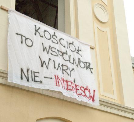 Dość samodzierżawia Kościoła - aktywiści wchodzą na kościelne mury [MANIFEST]