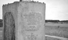 Mogiła-pomnik,_na_cmentarzu_żydowskim,_1941_Jedwabne_B&W