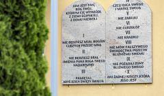 Dekalog na scianie budynku szkoly w Tuszowie Narodowym
