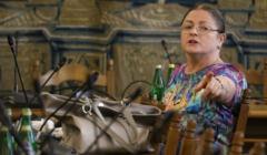Krystyna Pawłowicz z wycciągniętą ręką w stronę kamery
