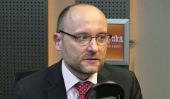 Kamil Zaradkiewicz w studiu radiowym