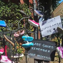 Upamiętnią ofiary pedofilii w Kościele. Dziś akcja Baby Shoes Remember. Zobacz, gdzie i jak. I po co