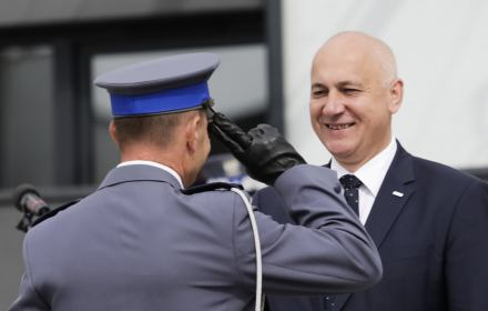 Minister Brudziński: Nie angażujcie policjantów w spór polityczny. Apel do samego siebie?