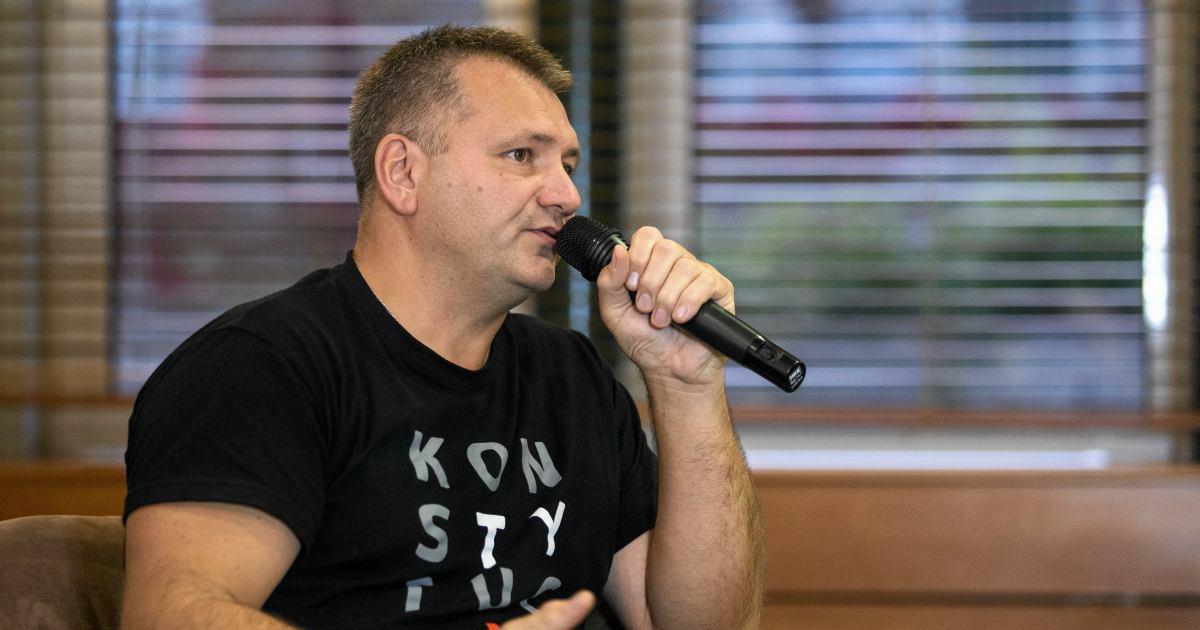 Waldemar Żurek w koszulce z napisem konstytucja na spotkaniu z mieszkańcami Lublina