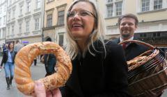 Malgorzata Wassermann rozdaje obwarzanki w Krakowie