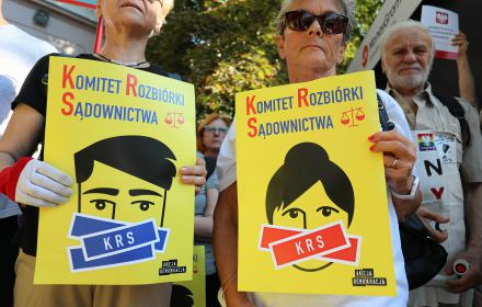Protest pod KRS z plakatami z napisem Komitet Rozbiórki Sądownictwa