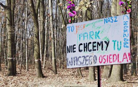 """Kolaż transparentu z napisem """"To jest nasz park, nie chcemy waszego osiedla, chorzów"""""""