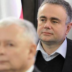 Z przodu głowa Jarosława Kaczyńskiego, nieco z tyłu widać głowę Tomasza Sakiewicza