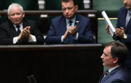 Zbigniew Ziobro przemawia z trybuny sejmowej, Jarosław Kaczyński klaszcze/ nowelizacja ustawy o SN/KRS