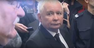 Na zdjęciu Jarosław Kaczyński i Lech Wałęsa podczas kłótni na korytarzu sądowym