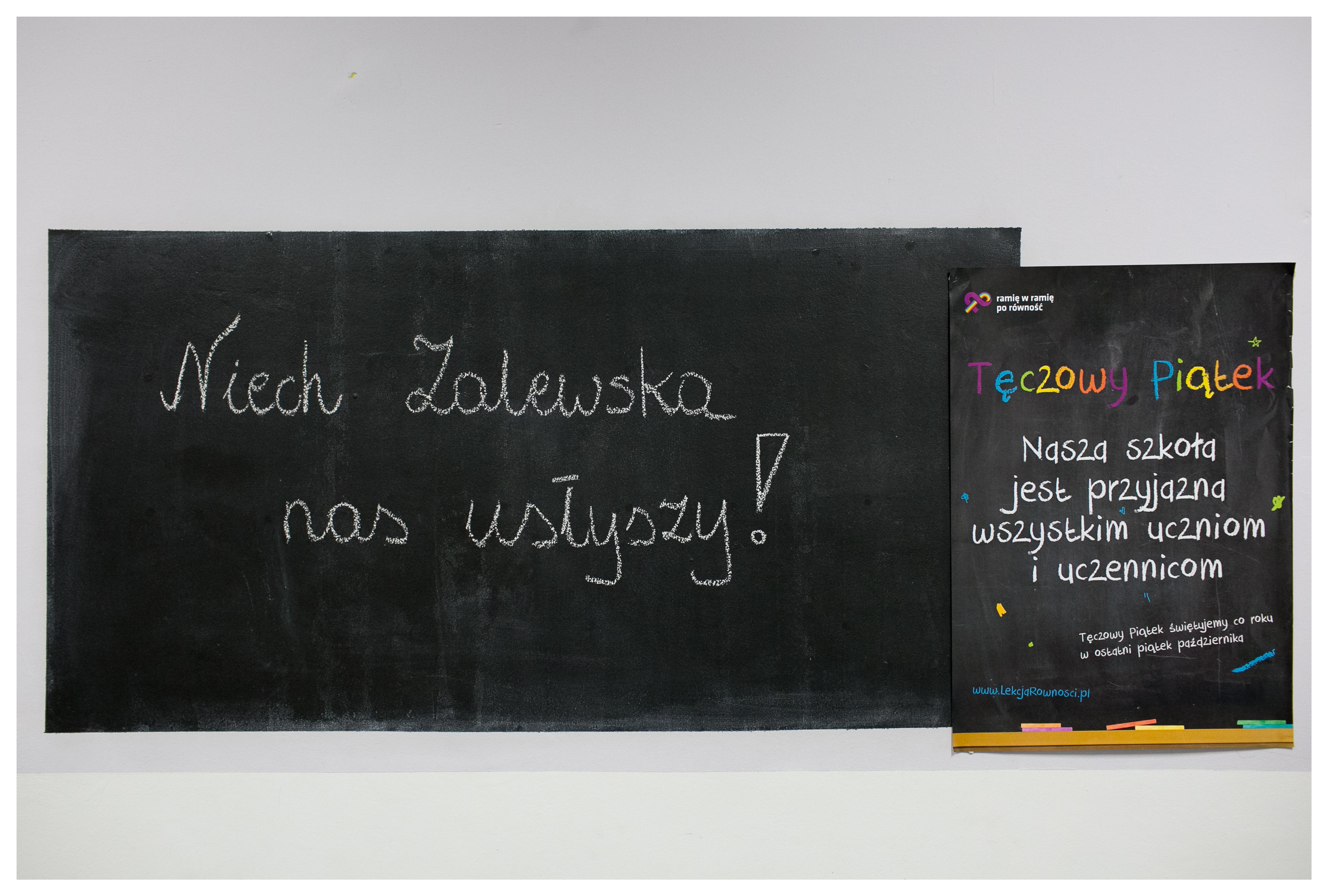 """Na zdjęciu: Tablica szkolna z napisem: """"Niech Zalewska nas słyszy"""" i plakat akcji Tęczowy Piątek"""