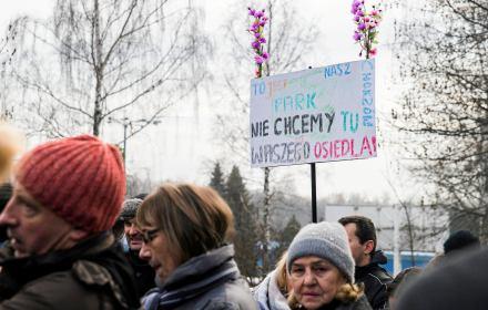 """Protest w Parku Śląśkim. Widoczny jest transparent z napisem: """"To jest nasz park. Nie chcemy tu Waszego osiedla"""""""