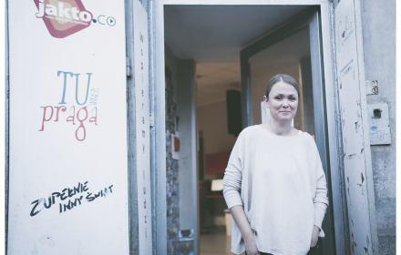"""Na zdjęciu: prezeska stowarzyszenia """"Serduszko"""" przed wejściem do świetlicy na ul. Szwedzkiej"""