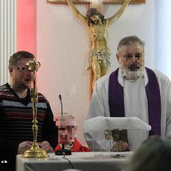 Zdjęcie przedstawia ks. Wincentego Pawłowicza podczas mszy (ksiądz pedofil biskup Dziuba)