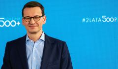 Premier Morawiecki na tle monitora z napisem 2 lata 500 plus