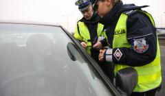 Policjanci i rozmawiają z kierowcą
