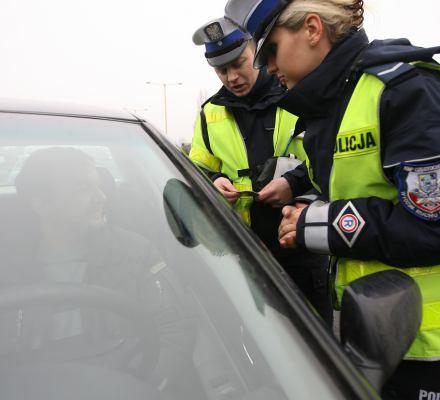Policjanci oburzeni – ktoś chce im zabronić pouczeń. Mają dawać tylko mandaty. Zemsta za protest?