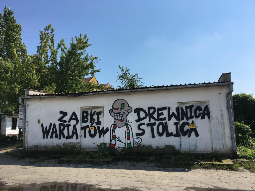 """Budynek z graffiti o treści """"Ząbki Drewnica wariatów stolica"""""""