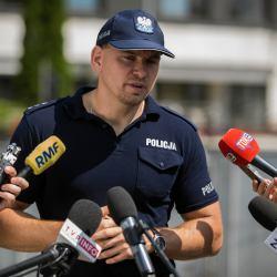 Policja nachodzi dziennikarzy OKO.press. Straszy, wprowadza w błąd, narusza tajemnicę dziennikarską