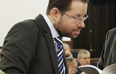 Zdjęcie przedstawia oskarżonego o plagiat i zwolnionego z uczelnie eksperta prawnego PiS Jarosława Szymanka podczas obrad Senatu