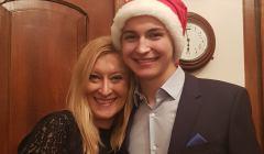 Monika - mam, i Jurek syn, z invitro stoja objęci, Jurek ma na głowie czapkę św. Mikołaja