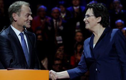 Donald Tusk ściska ręce Ewy Kopacz, stoją na scenie
