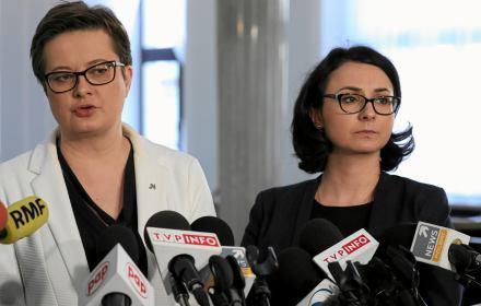 Katarzyna Lubnauer i kamila Gasiuk-Pihowicz podczas konferencji prasowej