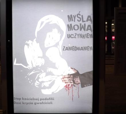 Nocna akcja w Warszawie. Na przystankach zawisły plakaty
