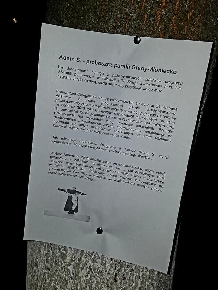 Kartka na drzewie w Grądach-Woniecku z komunikatem prokuratury dot. ks. Adama S.