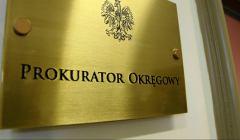Tabliczka w kolorzez złotym z napisem Prokurator Okręgowy