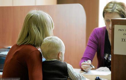 Na zdjęciu: matka z dzieckiem w urzędzie