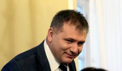Waldemar Żurek lekko pocylony patrzy z uśmiechem