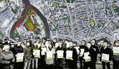 Zdjęcie mieszkańców walczących o park na Kępie Mieszczańskiej. W tle ortofotomapa fragmentu Wrocławia