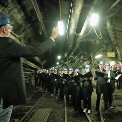 chór śpiewa w chodniku zamykanej kopalni węgla kamiennego w Bottrop