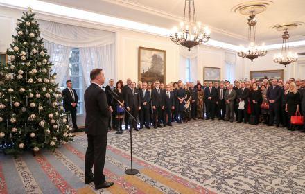 Prezydent Andrzej Duda przemawia do 123 prawników zaproszonych przez KRS w dużej sali Pałacu Prezydenckiego