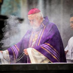 Biskup mpodczas mszy okadza ołtarz kadzidłem