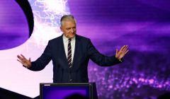 Jarosław Gowin na scenie z rozłożonymi rekami podczas konwencji swojej partii Porozumienie