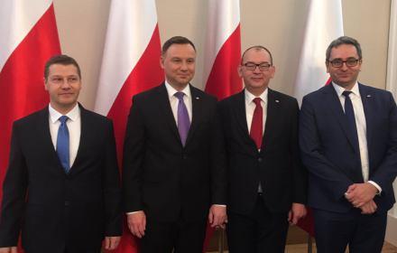 Andrzej Duda pozuje do zdjęcia z rzecznikami dyscyplinarnymi sądów powszechnych Piotrem Schabem, Przemysławem Radzikiem i Michałem Lasotą