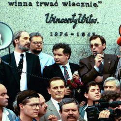 Jarosław Kaczyński i liderzy PC podczas manifestacji w 1993