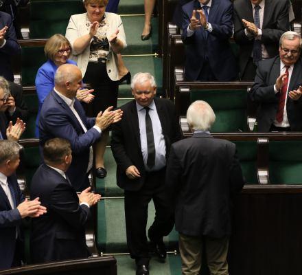 W PiS licytują się na hołdy Kaczyńskiemu. Bo machlojki to oszczędzanie partyjnych pieniędzy