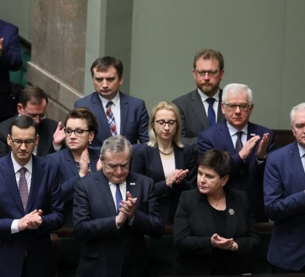 New legislation on Supreme Court published. PiS waves the white flag but the EU has no plans to quit