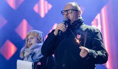 Paweł Adamowicz z mikrofonem w ręku na scenie WOŚP w Gdańsku chwilę przed atakiem nożownika